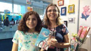 A adolescente Dandara e a autora Claudia Lins