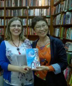 A autora Claudia Lins e a ilustradora Lúcia Hiratsuka