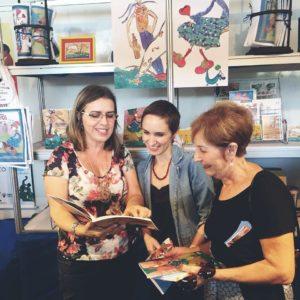 A autora Claudia Lins e a ilustradora Maíra Mendes