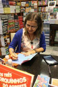 Momento de autógrafos na Livraria Martins Fontes