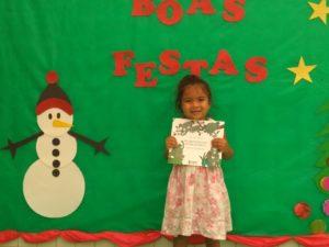 A pequena Mailly estuda no maternal 2 da Ceim Taiara Crulhe, no ES, e ganhou o primeiro livro para criar sua biblioteca em casa