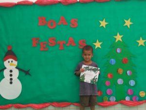 Bruno recebendo o livro de Mundo Leitura na ação Primavera dos Livros