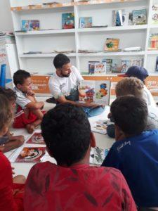 Crianças do sertão de Alagoas assistem a momento de contação de histórias com livros doados por Mundo Leitura