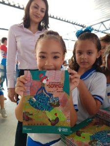 Crianças receberam livros autografados e ecobag literária