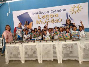 Dia de festa na entrega dos livros na orla lagunar de Maceió