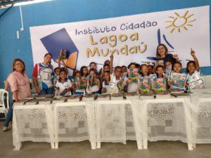Livros comprados por Sincred Alagoas levaram alegria e oportunidades para 200 crianças em comunidade da orla lagunar