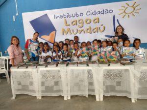 Momento de entrega dos livros na sede do Instituto Cidadão Lagoa Mundaú
