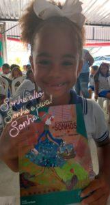 O livro A Colecionadora de Sonhos será trabalhado por crianças da comunidade em ações de sustentabilidade