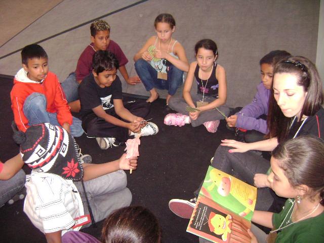 Roda de histórias durante a mostra