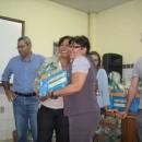 A coordenadora da ONG Teteia Marluce Rodrigues entregou livros para Escola Higino Belo