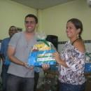 Diretora recebe caixa de livros do autor Tiago Amaral