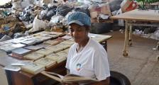 A catadora de recicláveis Cleuza Branco de Oliveira, 47, lê obra na cooperativa de Mirassol, no interior de SP