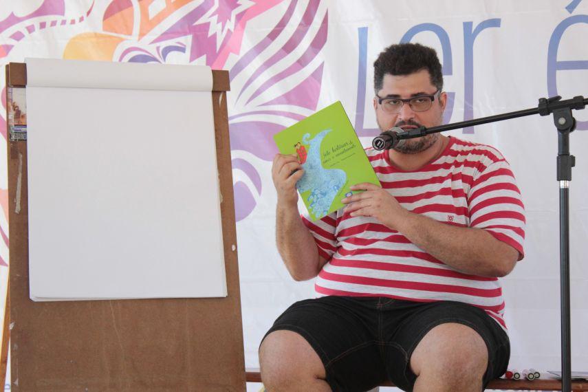 Pedro Lucena em bate-papo com pequenos leitores na orla de Maceió