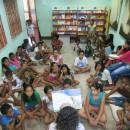 A mediadora de leitura Suely Martins contando histórias no Ler é Minha Praia