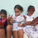 Crianças Surfando nos Livros em Porto de Pedras
