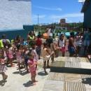Crianças lanchando frutas depois da oficina