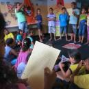 Crianças leem para todos as histórias criadas por seus grupos