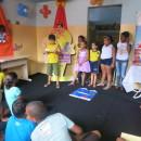 Depois de montar o jogo do castelo ilustrado, participantes apresentam a história que inventaram