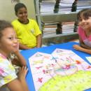 Equipe construindo história a partir de ilustração