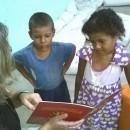 Eu lendo para os irmãos Eloá e Paulo Ricardo