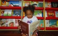 Menina lê livro doado pelo autor Jonas Ribeiro