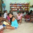 Presidente da Associação do Peixe-Boi, Flávia Rego observa crianças em ofcina