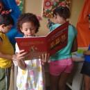 crianças do Baú de Leitura surfando nos livros